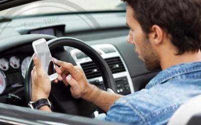 Francia prohíbe usar el móvil en el coche, incluso si está parado